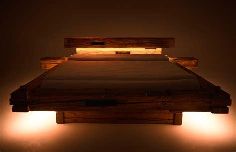Holzbalken Bett