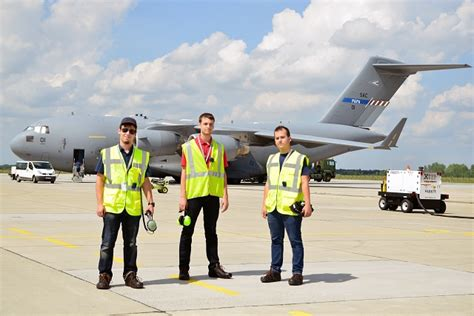 boeings internship program offers hungarian engineering students  opportunity  work