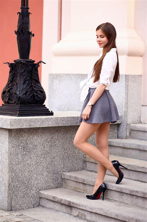 Polki Skirt biała koszula szara kr 243 tka sp 243 dniczka cieliste rajstopy