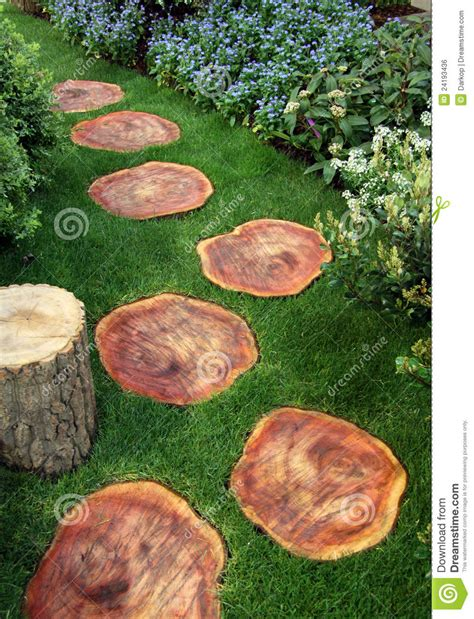 chemin de jardin avec du bois et la pelouse image libre de