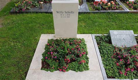 Was Kostet Ein Grabstein Mit Umrandung urnengrab gestalten bepflanzen kosten preise 20 bilder