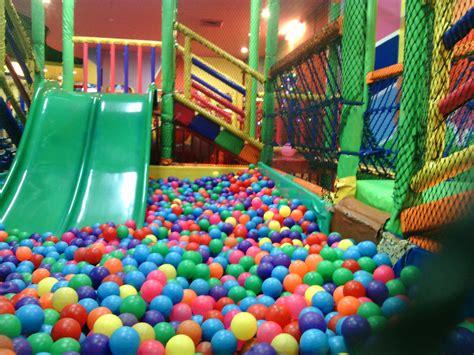 Bolamandi Bola asyiknya bermain di arena permainan anak mandi bola