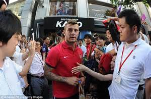 arsenal japanese player arsenal arrive in japan pictures as arsene wenger gets
