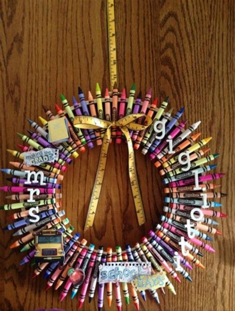 make a personalized crayon wreath christmas craft