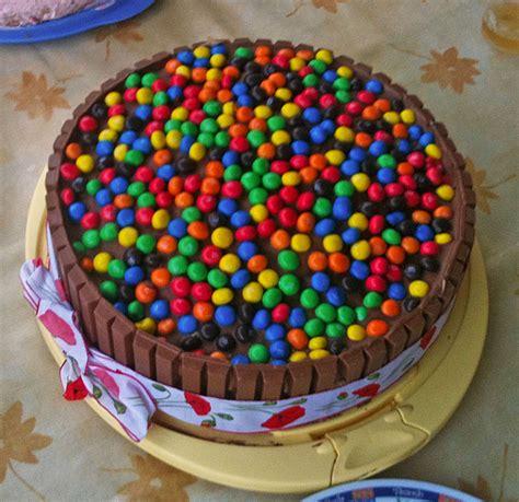 kitkat kuchen mit smarties kitkat m ms schokosahne regenbogentorte stellina4