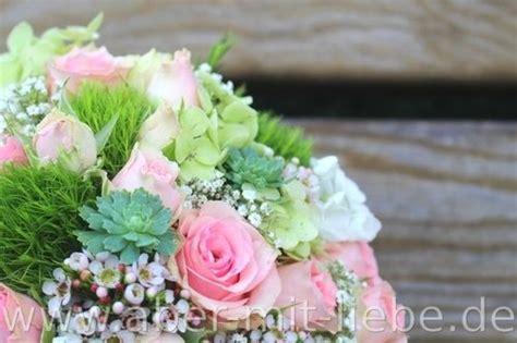 hochzeitsdeko tisch rot weiß yarial brautstraus lila weis interessante ideen