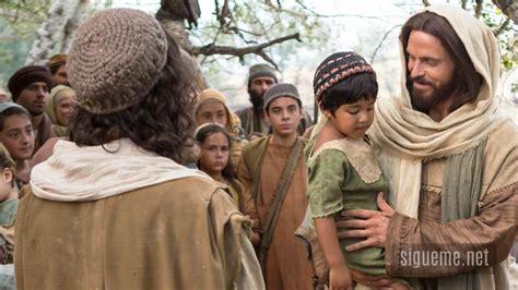 imagenes de jesucristo abrazando a un niño jesus pone un nino en medio de ellos marcos 9 37