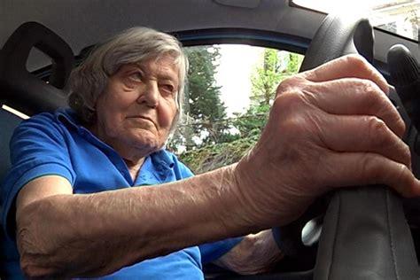 donne senza niente addosso al volante 194 171 195 ˆ anziana niente patente 194 187 la hack guida la rivolta