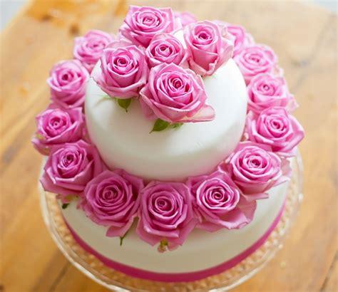 torte di fiori freschi torte nuziali primaverili con fiori freschi foto