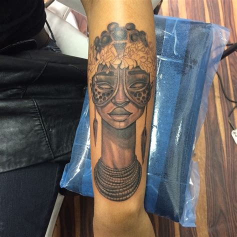 stammesstil farbiger unterarm tattoo der stammesfrau mit