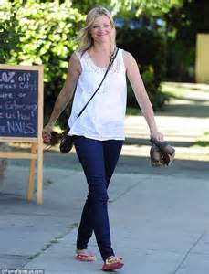 amy smart indulges in relaxing treatment at the nail salon