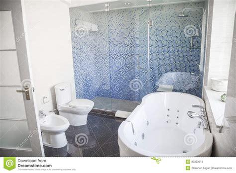 toilette mit dusche und fön modern sauber badezimmer mit toilette wanne dusche und