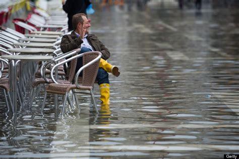 acqua alta spanish edition acqua alta flooding returns to venice leaves tourists wading huffpost