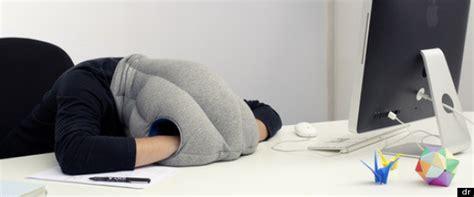 coussin sieste bureau un oreiller autruche pour une sieste au bureau