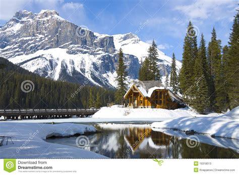1325027995 lacs des rocheuses canadiennes lac vert les rocheuses canadiennes photos stock image
