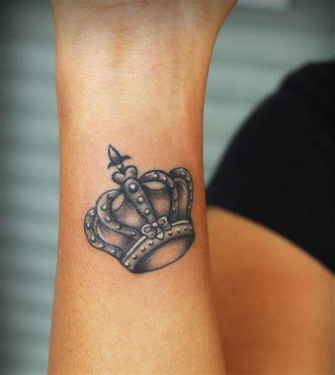 tattoo finger krone 30 dezente tattoo ideen f 252 r frauen an diversen k 246 rperstellen