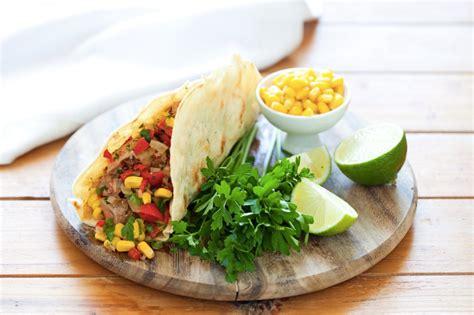 come cucinare carne alla brace ricetta tacos con carne alla griglia e verdure cucchiaio