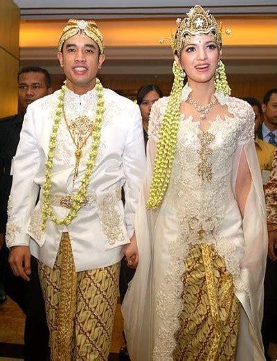 Make Up Pengantin Batak tetap til syar i dengan baju pengantin adat sunda yang