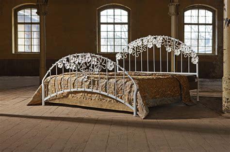 metall betten metallbetten betten aus glas nachttische beistelltische