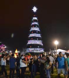 un 225 rbol de navidad gigante se encendi 243 en machala