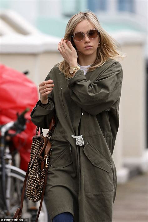 70s hairstyle pictures reporter look suki waterhouse channels the seventies as she steps out in