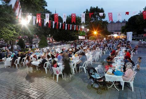suasana hangat  warga turki berbuka puasa  hari pertama