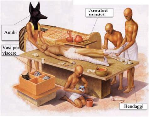 antichi vasi funebri soltanto questi personaggi erano depositari per volere