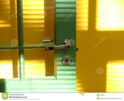 porta verde porta verde e parede amarela foto de stock royalty free
