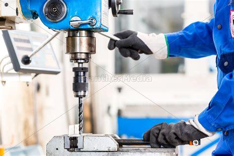 mit welchem bohrer fliesen bohren handwerker bohren metall mit bohrer stockfoto
