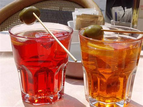 bicchieri aperol spritz lo spritz veneziano mania italiana all ora dell aperitivo