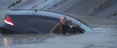 Sinking Car trapped in sinking car rescued by reporter on
