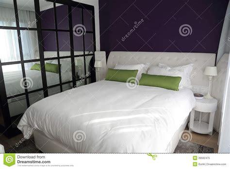 quarto com o espelho duble grande da cama e da parede foto