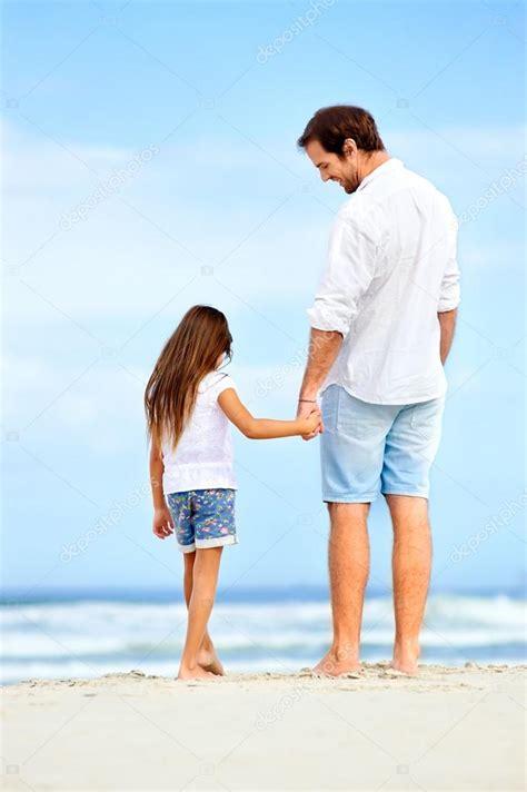 padre padre e hija culean en ausencia de su madre girls padre e hija cogidos de la mano en la playa foto de