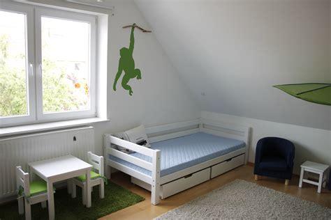 teppich mit straßenmotiv farbe beere und grau wohnzimmer