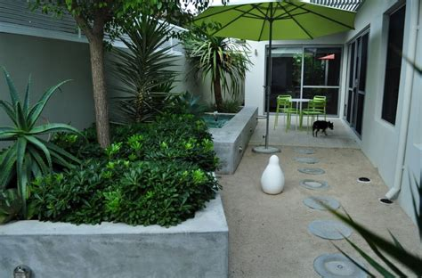 10 Beautiful Gardens With Tropical Plants Tropical Patio Plants