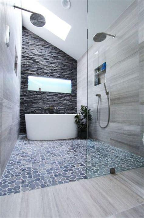 Exceptionnel Plafonnier Salle De Bains #3: Jolie-salle-de-bain-carrelage-galet-gris-carreaux-mosaique-douche-italienne-galet.jpg