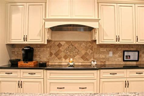 backsplash for ivory kitchen cabinets 13 best images about two tone kitchens on wall ovens two tone kitchen