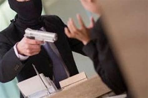 rapina in bari travestiti da finanzieri rapinano nota goielleria