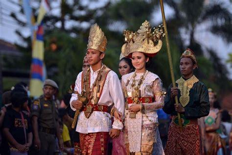 Nama Baju Adat Sunda 34 pakaian adat indonesia gambar asal dan sejarahnya lengkap