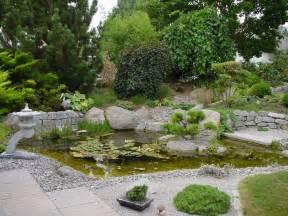gartengestaltung gartengestaltung mit wasser steinen und pflanzen