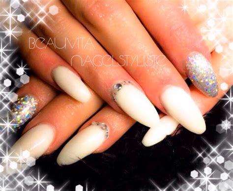Zwarte Acryl Nagels by Witte Acryl Nagels Met Een Zilverglitter Op Duim En