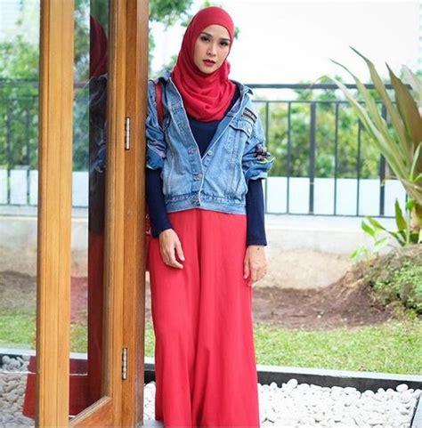 Jaket Chery Abu paduan warna merah nan klasik ala zaskia mecca co id