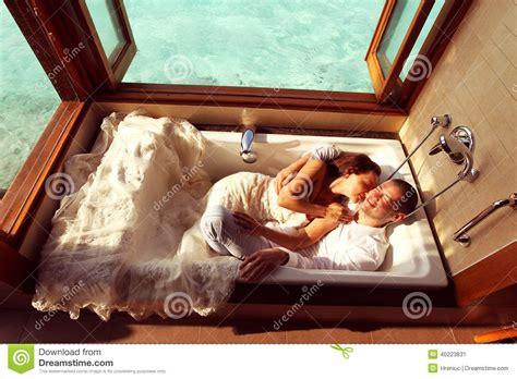 L Amour Dans La Baignoire by Jeunes Mari 233 S Dans La Baignoire En Maldives Photo Stock