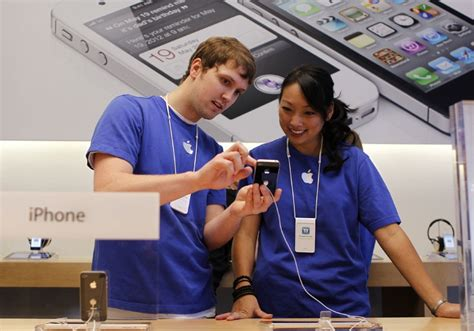 apple employee apple s new retail chief announces three month advance on