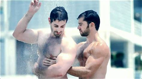showering in speedos hombres musculosos