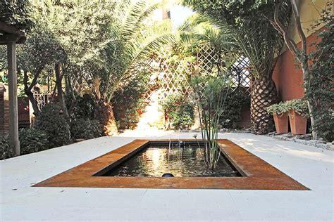 estanque jardin estanque contempor 225 neo en un jard 237 n antiguo un jardin