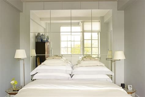 kleine schlafzimmer vanity ideas mirror panelling light enhancing trick small bedroom