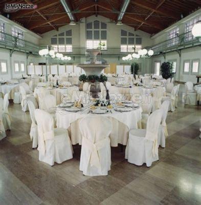 il banchetto nuziale allestimento dei tavoli per il banchetto nuziale cascina