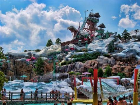 disney world largest vacation resort in the world
