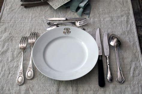 How To Set Silverware On Table by La Poule Qui Roule L De La Table Table Setting